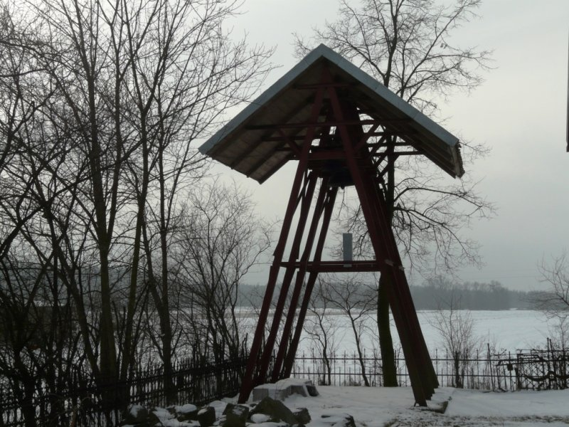 Zabytkowa dzwonnica zimą
